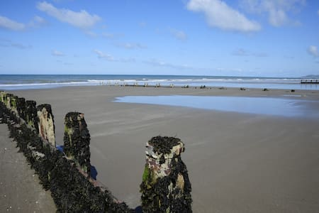 Double + twin room next to beach - Borth