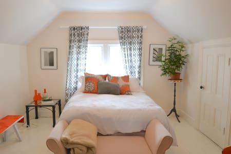 Charming tiny penthouse! - Providence - Apartment