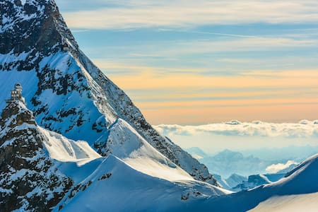 Ideal for couple/honeymooners/nature lovers. 350m to train to Jungfraujoch-少女峰. Stable+fast WIFI. Breathtaking views. Centrally located.Perfectly safe village. 24/7 online support. No car access.Easy access to all activities
