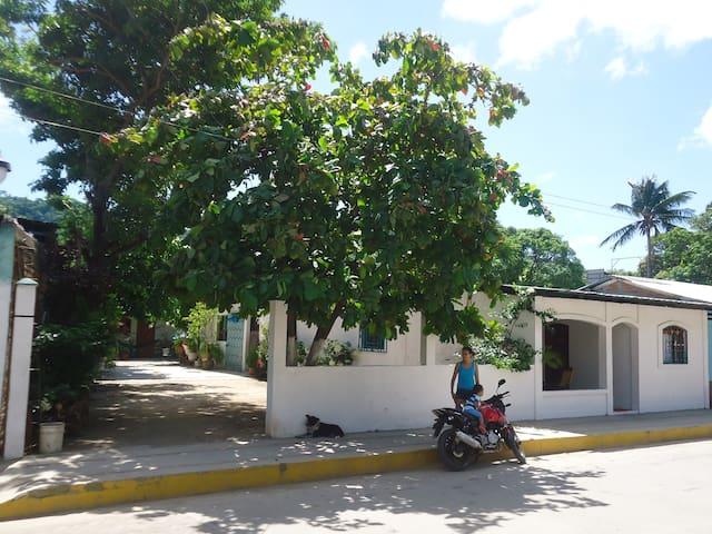Private Room in Casa de Familia - ซานฮวนเดลซูร์ - บ้าน
