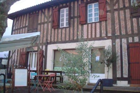 Chambre au coeur du village de Léon