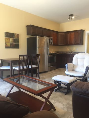 1 bdrm Ground floor Apt./ 2 min walk to Gym/pool