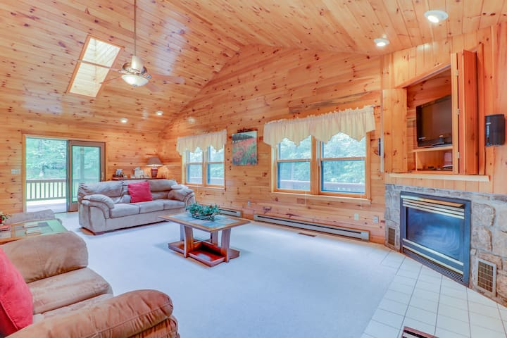 Cozy cabin-style home w/private hot tub, game room, & large deck - close to Wisp