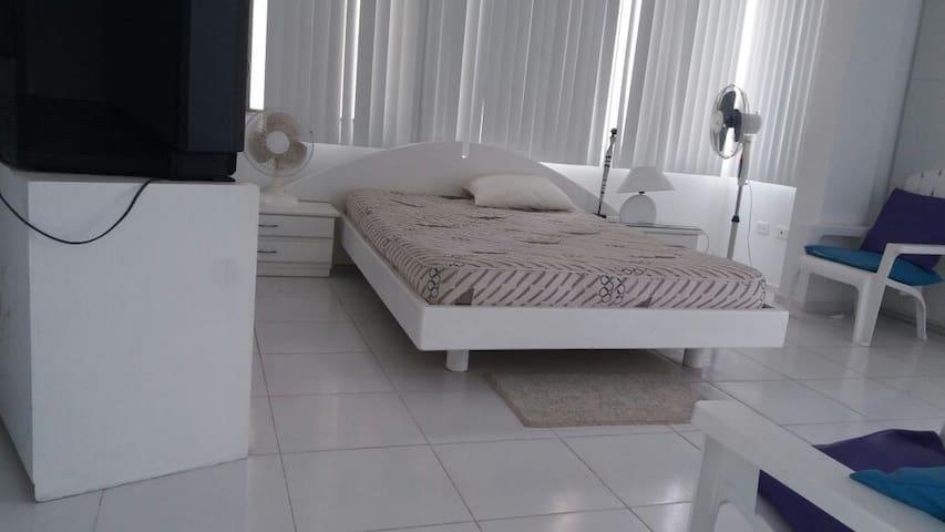 Habitación con confortable cama matrimonial con salida a la terraza y jacuzzi