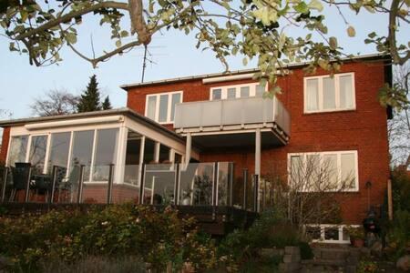 Roskilde City - villa i roligt kvarter - Roskilde - Bed & Breakfast