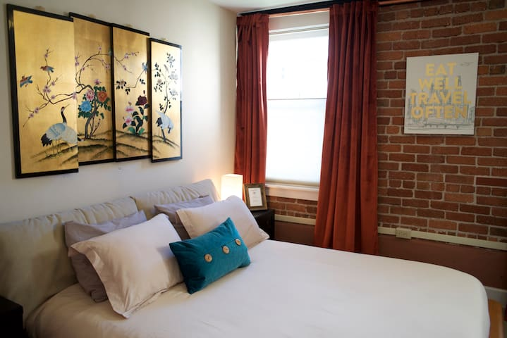 Master Suite in Historic Downtown Building - Petaluma - Byt