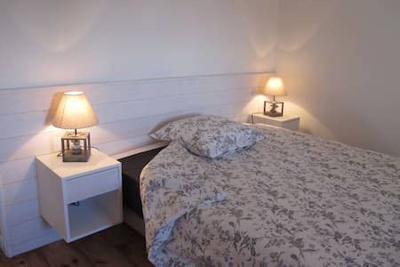 Une lit de 160, une ambiance chaleureuse rendu par de beaux parquets et des murs lambrissés