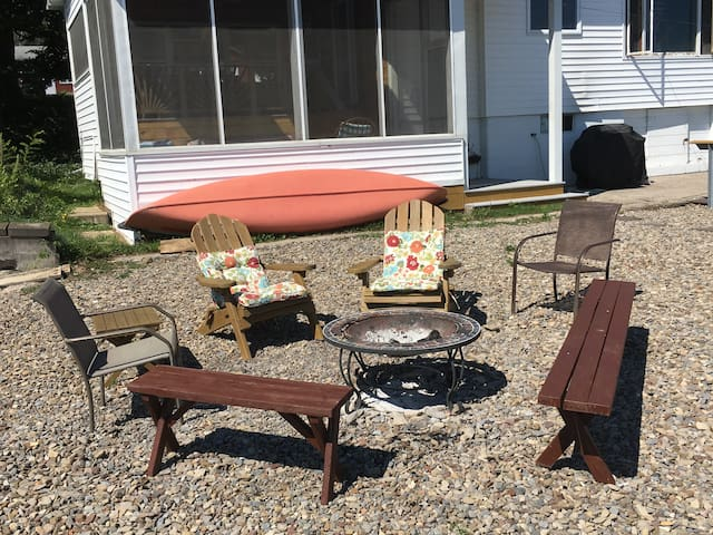 Charming Cottage on Cayuga Lake with Guest House - Romulus - Cabin