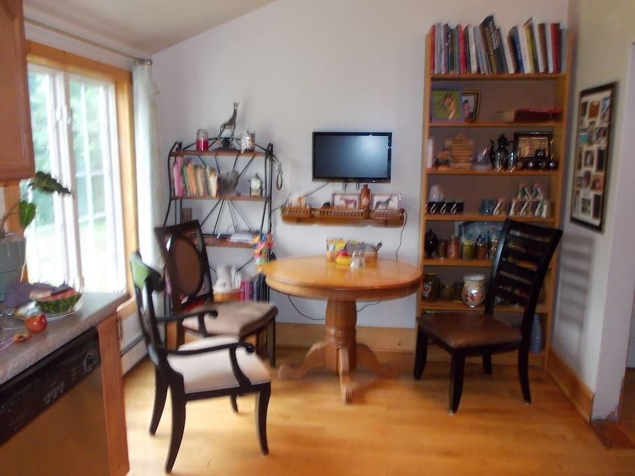 Large eat-in kitchen, fully equipped