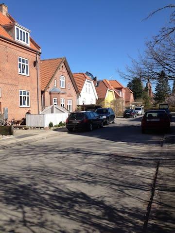 Lys  2værelses lejlighed i hjertet af Roskilde