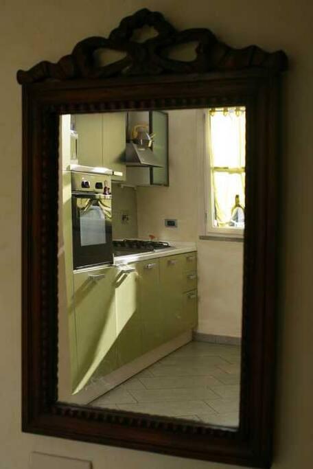 cucina living riflessa in un antico specchio