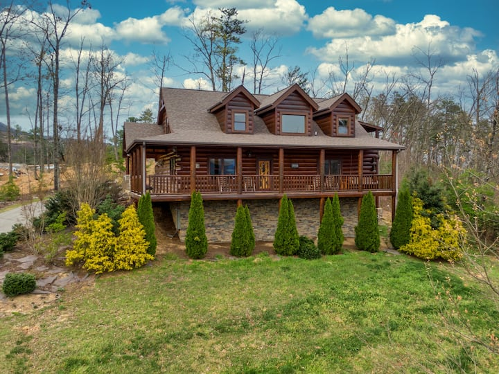 Perched Perfection: High End Log Cabin with Hot Tub and Mountain Views!