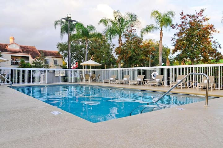 Incredible Unit ! Breakfast, Parking, Pool, Gym!