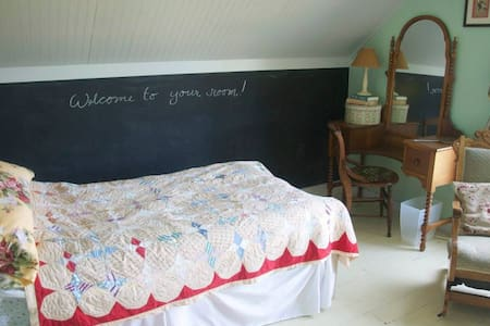Circle M Market Farm Bed and Breakfast Retreat - Blanchardville