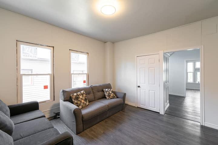 Modern & Comfy   5★ Location, Affordable Room