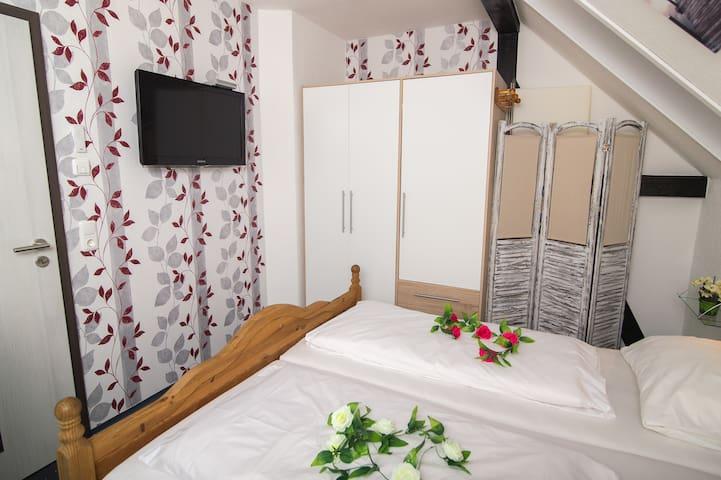 Schlafzimmer 2 – mit Doppelbett + TV