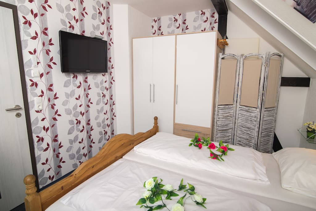 Zweites Schlafzimmer mit Doppelbett + TV