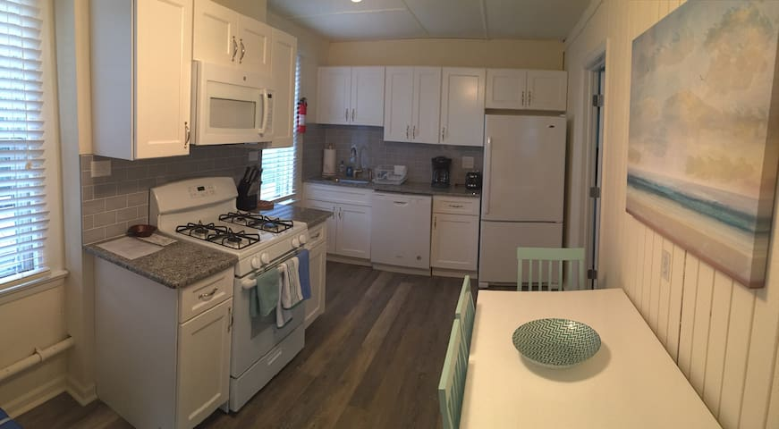 Updated 2 BR/1 BA 2nd floor apartment (SS Heights)