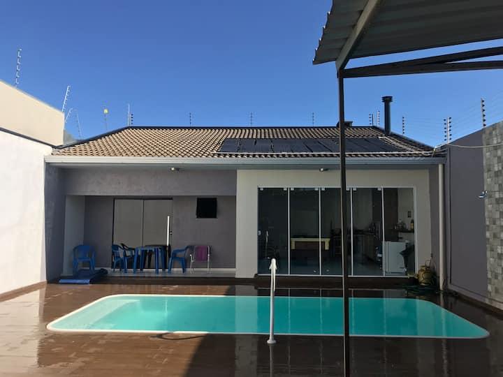 Casa com piscina e churrasqueira. (local privado)