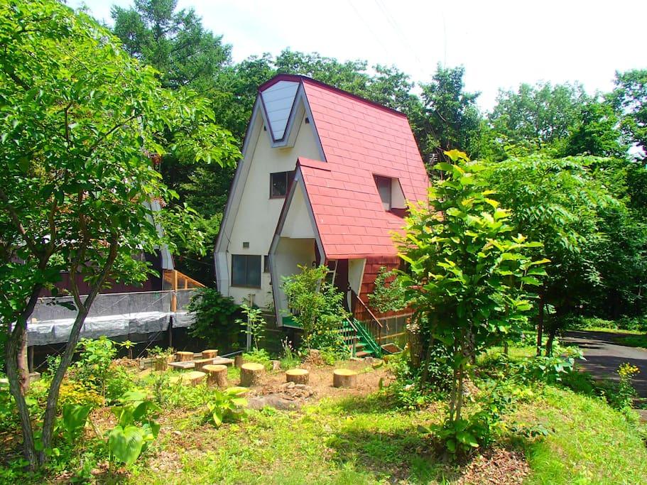 赤い三角屋根が目印の別荘(シャレー)