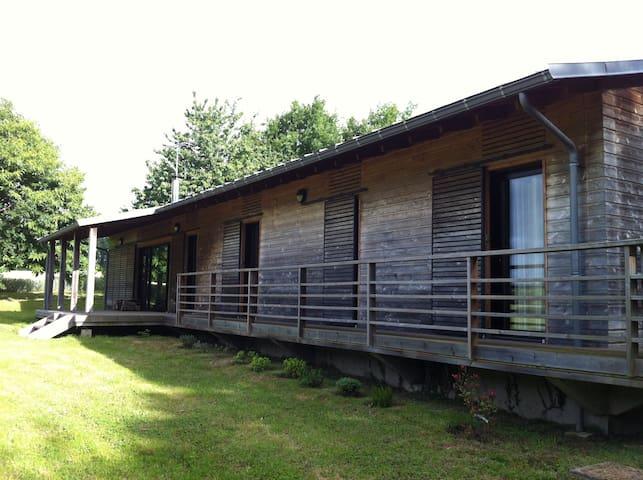 Maison en bois contemporaine, pays 'de caractère'