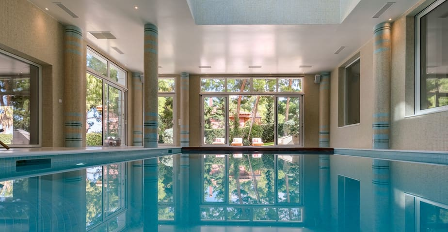 1300m² Luxury Mansion with pool near the Airport
