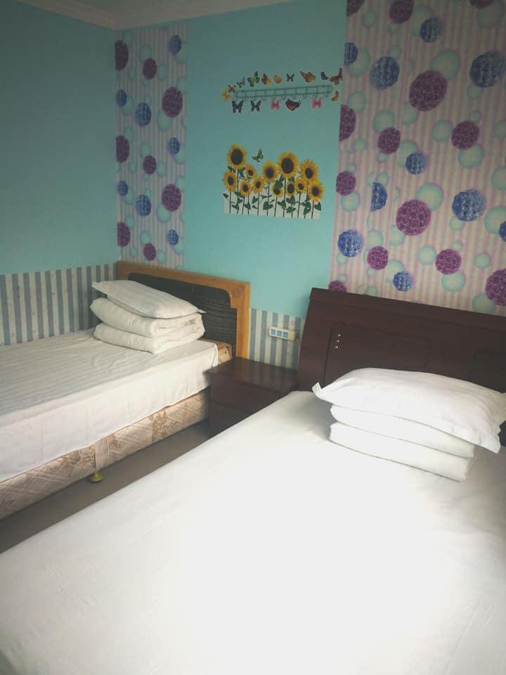 火炕房和套间房型双人间大床房。