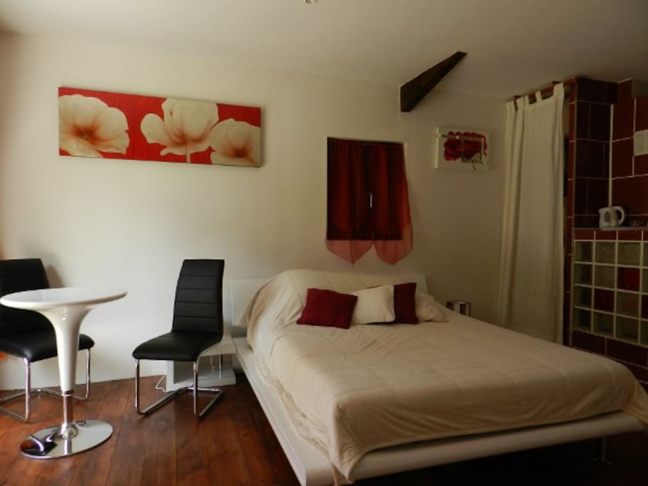 suite parentale coquelicot guesthouse for rent in anzex aquitaine france. Black Bedroom Furniture Sets. Home Design Ideas
