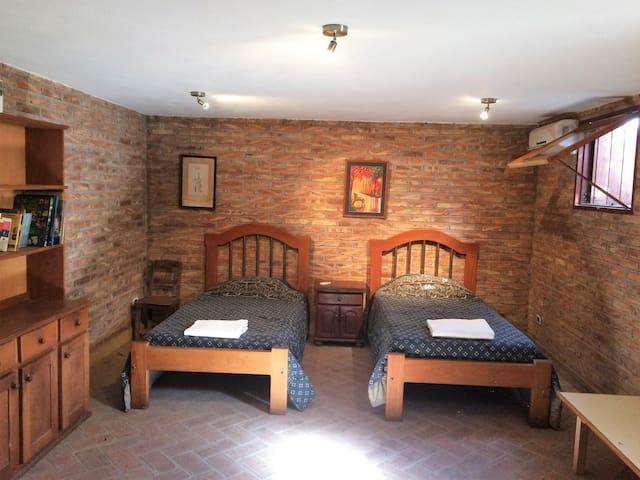 Comoda y espaciosa habitacion en casa tranquila