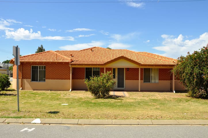 Cannington Home-House 1 (Free WiFi) - Cannington