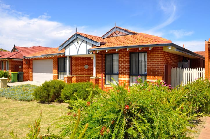 Cannington Home-House 2 (Free WiFi) - Cannington