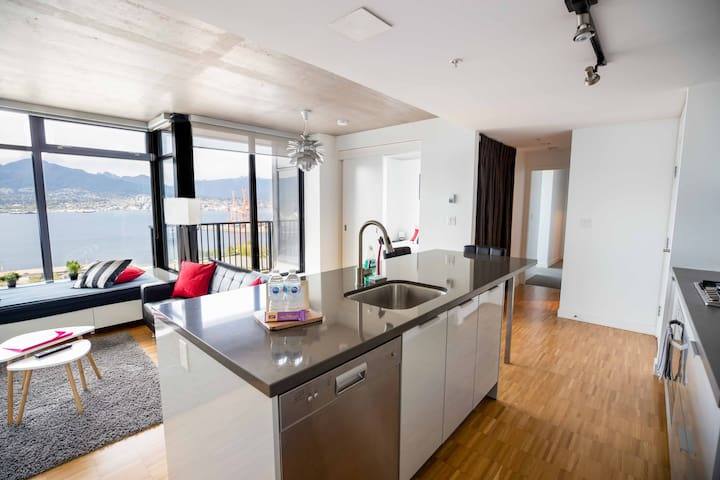Luxury Water+Mountain View,2BR+2BA+FREE PARKING@B