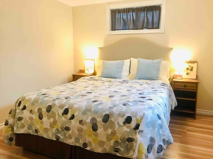*InnerCity Suite! Airport, DT, Zoo, Transit*