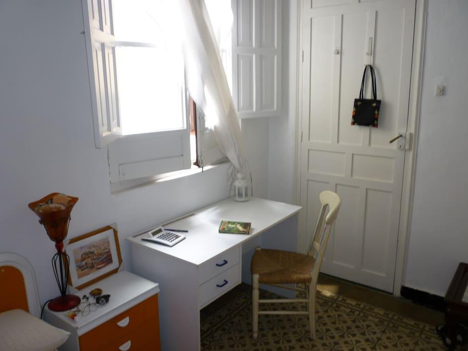 Habitación alquiler, con mesa escritorio,armario,cama,mesa de noche y mesilla.