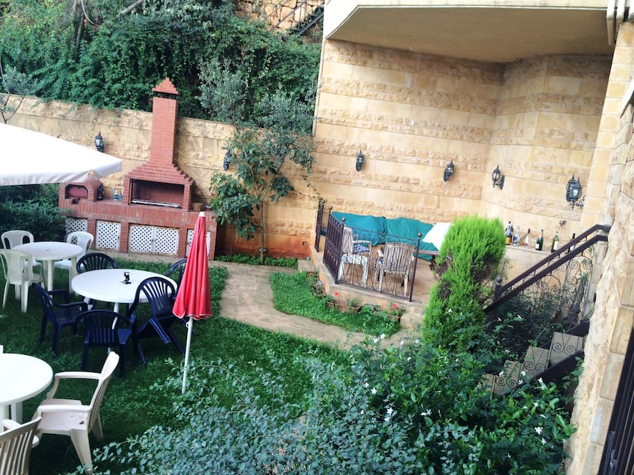 Garden with American BBQ and stting area+bar