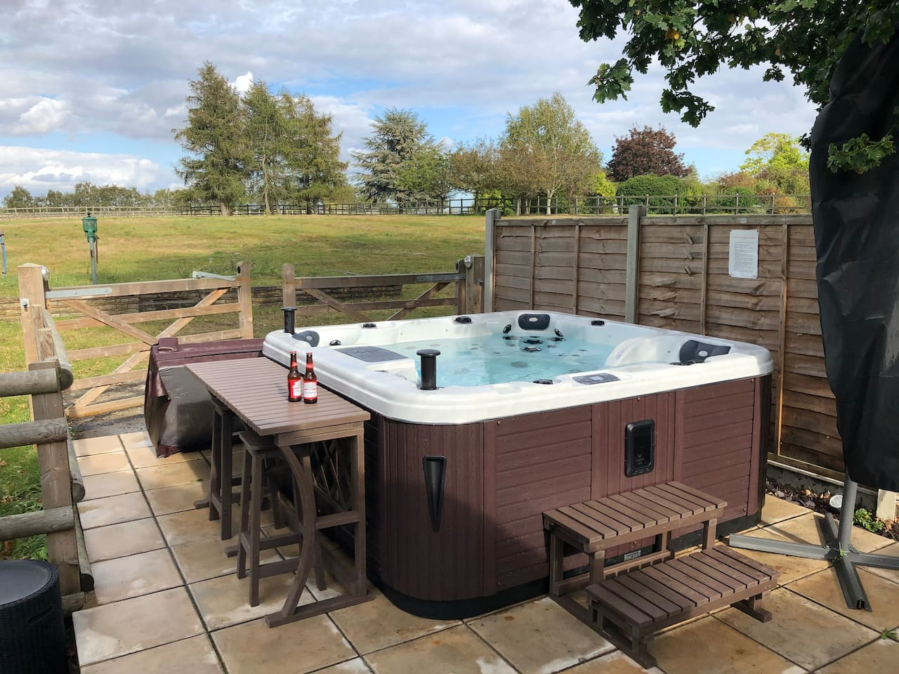 New hot tub installed September 2019 - with a bar!