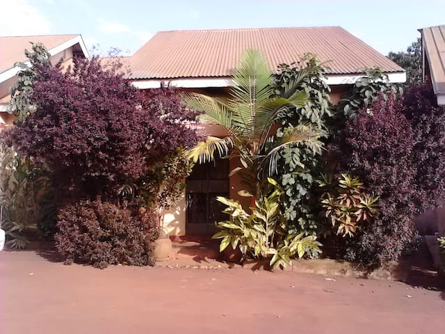 Warm Row House in Eclectic Kla Sub - Kampala - Daire