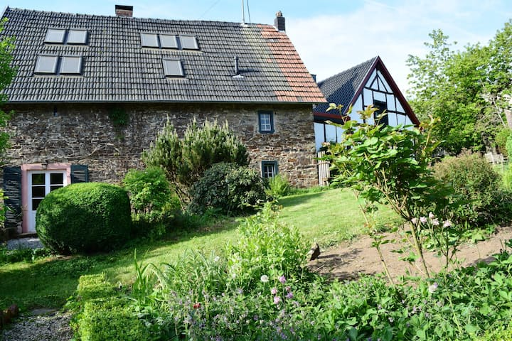 Historisches Landhaus mit idyllischem Garten