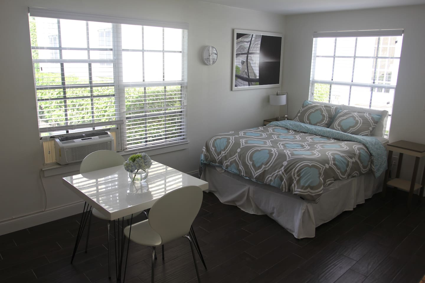 Spacious studio located minutes from downtown, the beach, WPB airport and the Tri-Rail.