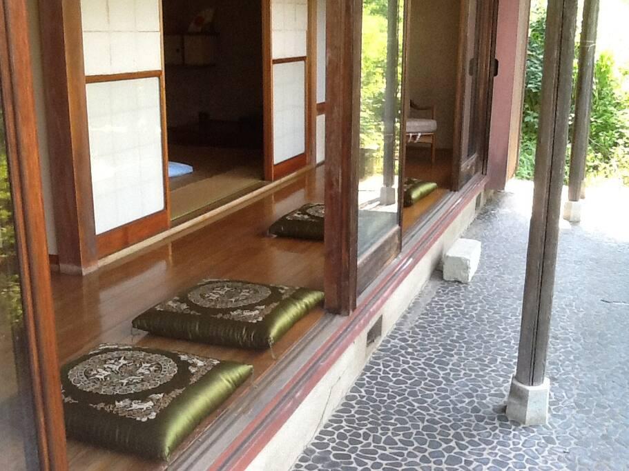 縁側にも座布団が置かれています。座布団に腰をおろしてお楽しみください。
