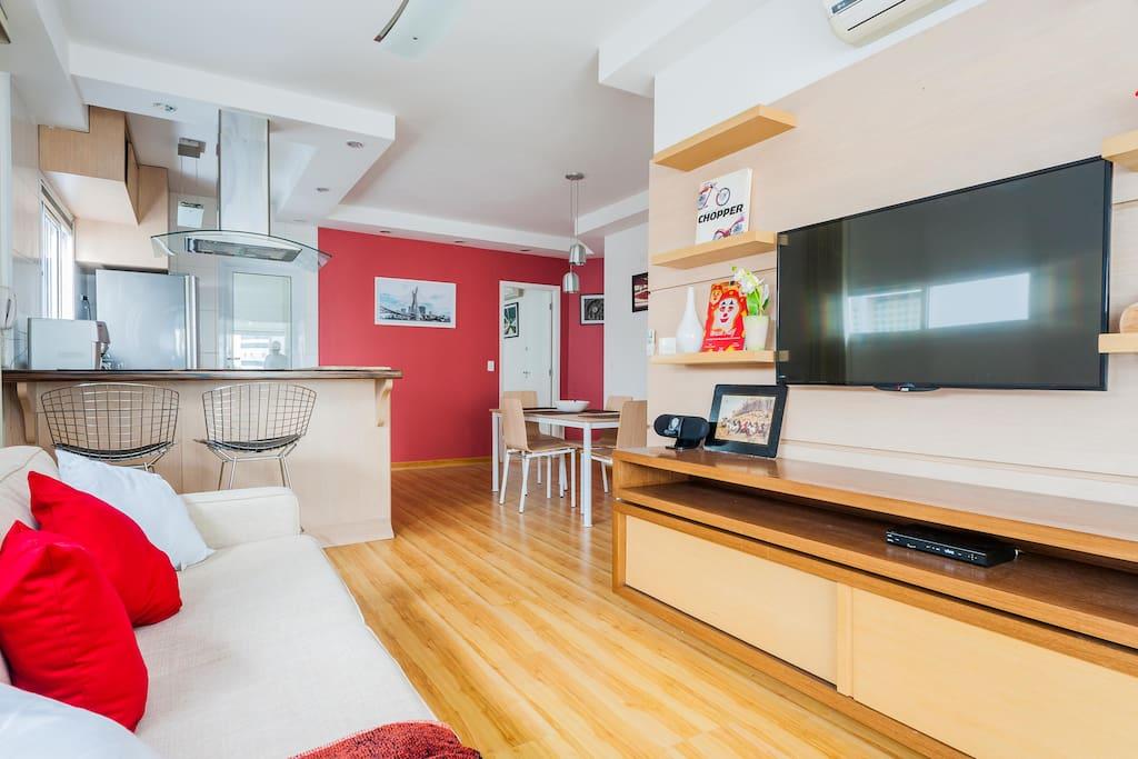"""Confortável Sala 2 ambientes com cozinha americana integrada. Ar condicionado e TV led 40"""". Wi-Fi e canais a cabo."""