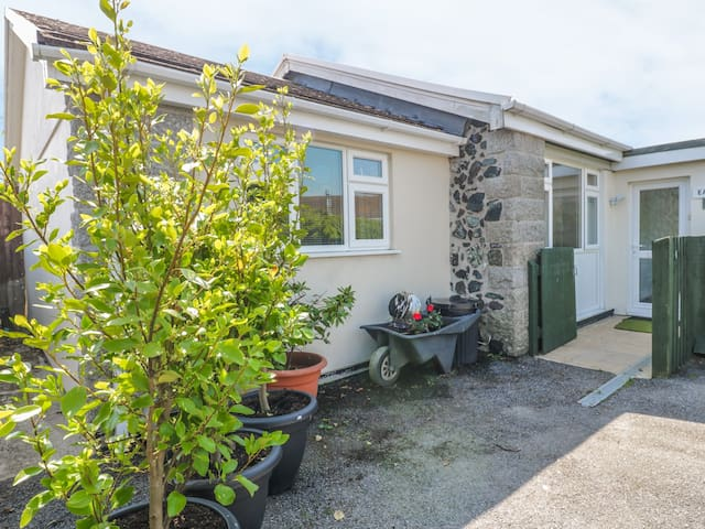 22 TREMBEL ROAD, family friendly in Mullion, Ref 980964