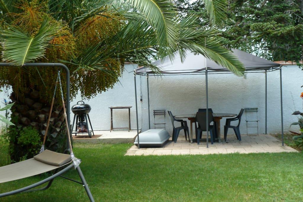 Un espace barbecue et détente à disposition