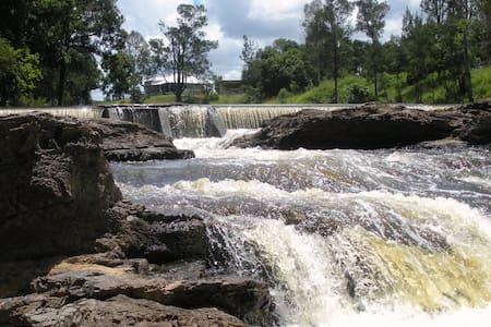 Imbil Bridge Farm  magical river front 3br cottage - Imbil - 一軒家