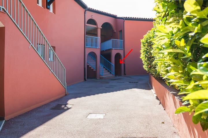 way to the appartement, behind the hedge is the pool located