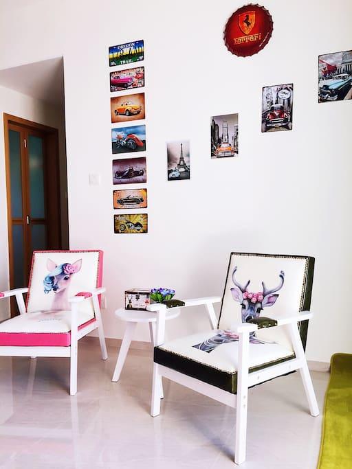 客厅铁艺墙、彩肤沙发复古风格现代时尚展现