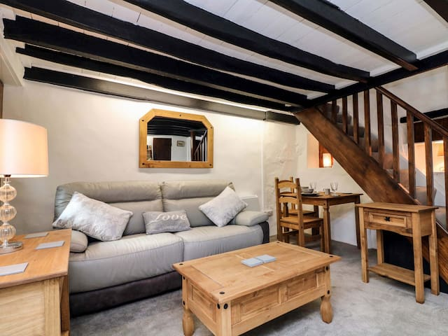 EASTERLY COTTAGE, pet friendly, with open fire in Bude, Ref 962918