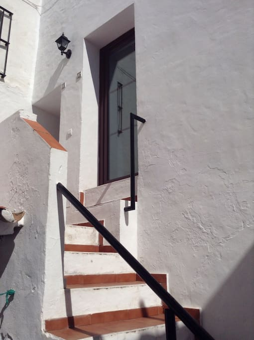 Traditional courtyard property leads to 3 bed apartment