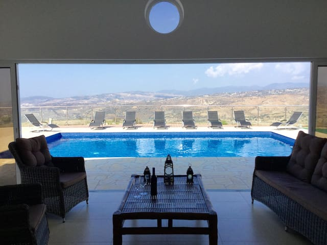Spacious Vineyard Villa with incredible views - Stroumpi