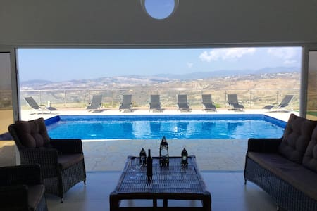 Spacious Vineyard Villa with incredible views - Stroumpi - Casa de camp